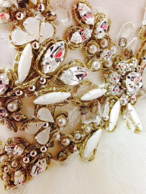esküvői ruha gyöngyös díszítéssel