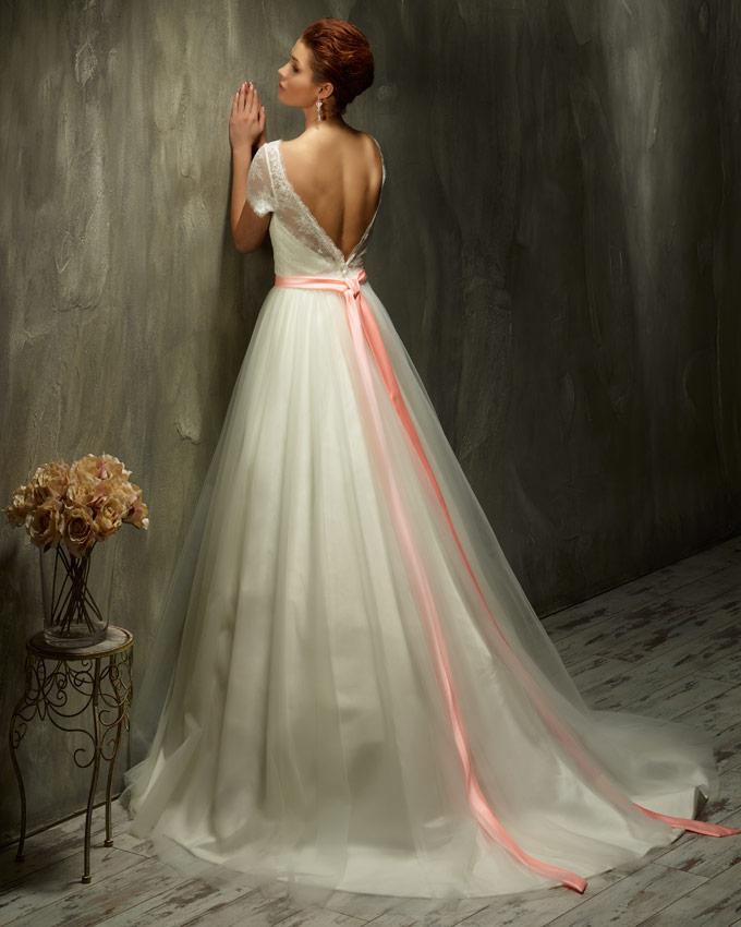 hátul kivágott esküvői ruha