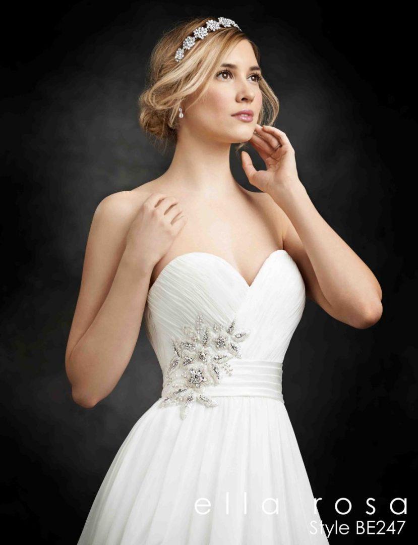 menyasszonyi ruha gyöngyökkel