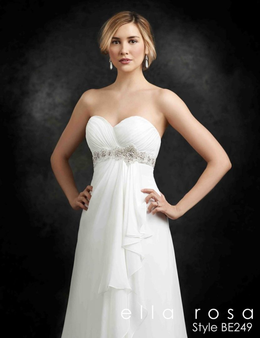 esküvői ruha gyöngyövvel