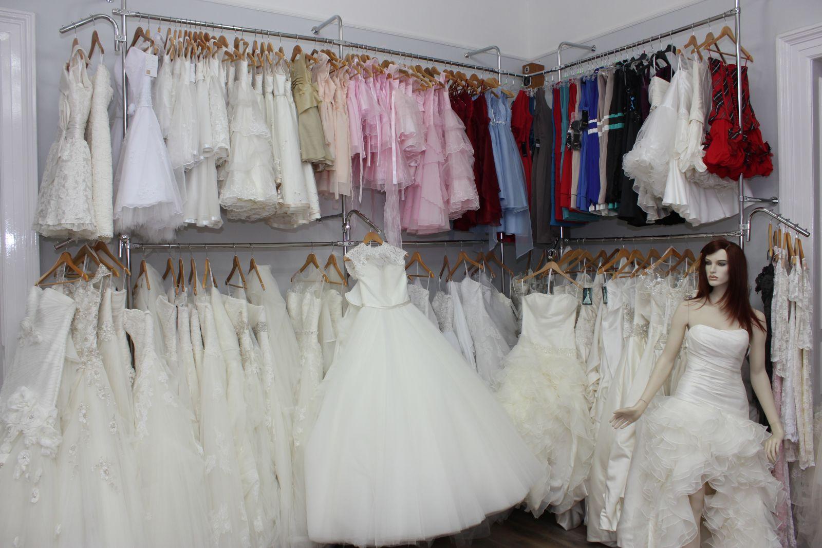 Igen Szalon, esküvői és koszorúslány ruhák széles tárháza.