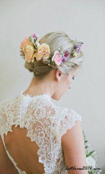 virág díszítés a menyasszony hajában