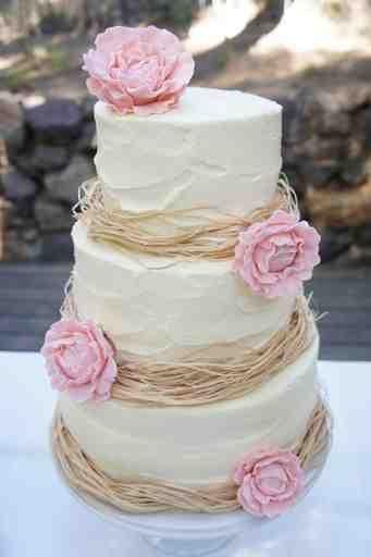 virág dekoráció az esküvői tortán, tavaszi esküvő