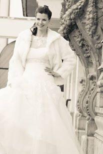 telies hangulatu menyasszonyi ruha, téli esküvők elengedhetetlen kelléke a szőrme kabát vagy pelerin