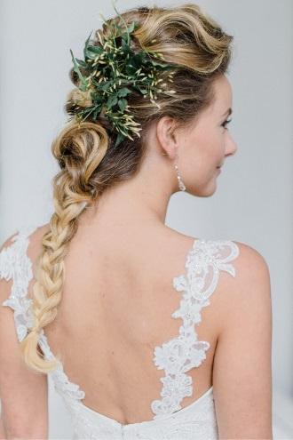 esküvői frizura és pántos esküvői ruha