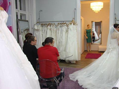 menyasszonyi ruha próba az Igen Szalonban, néha fájó az igazság, és ha a család más véleményen van