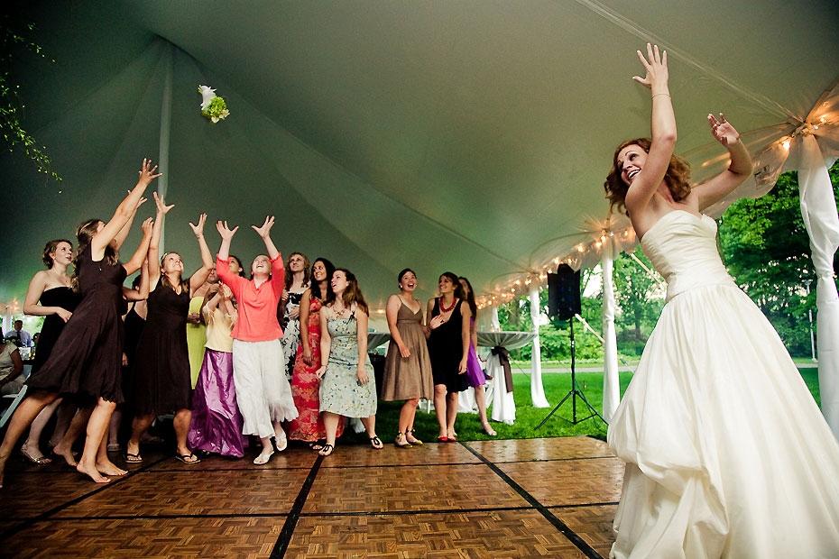 esküvői babonák, menyasszony csokordobás