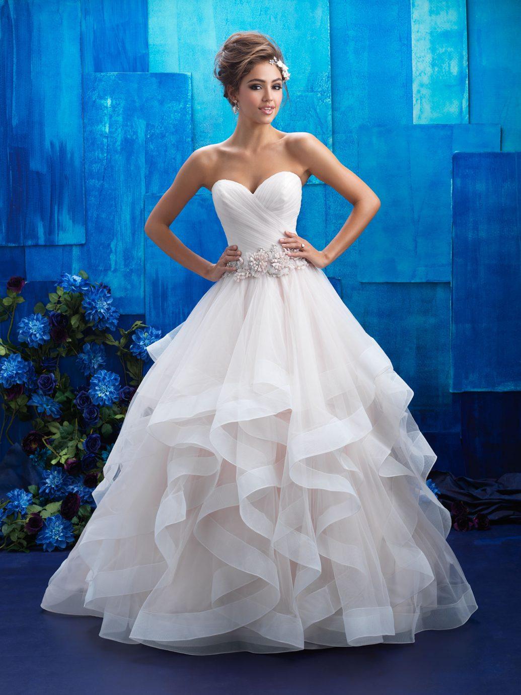 Pántnéküli Allure Bridals menyasszonyi ruha, nagy fodrokkal.