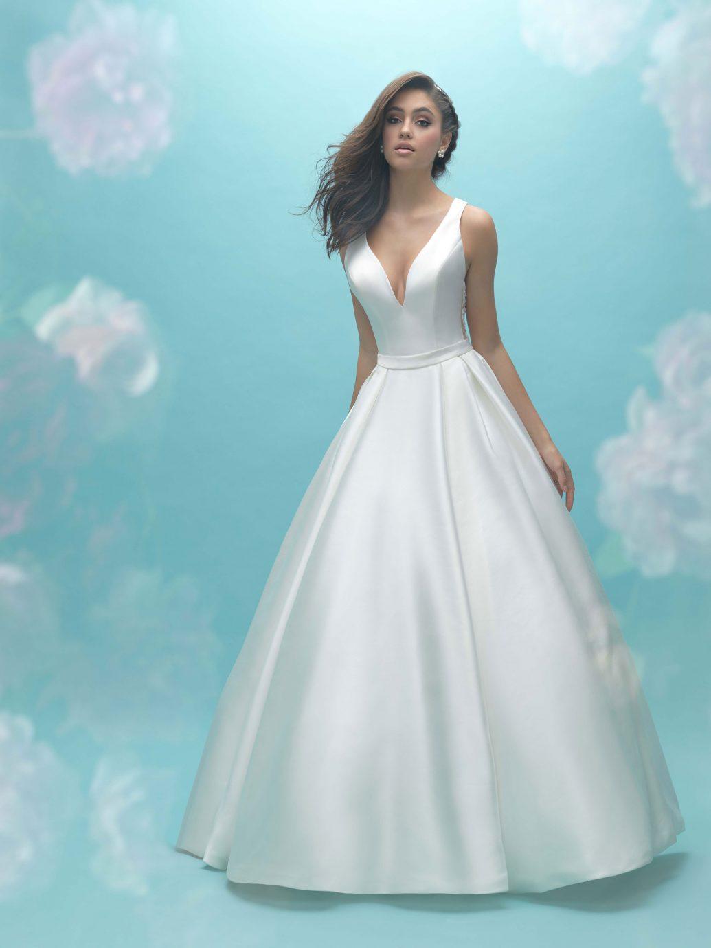 Szatén és mikádó anyag, mely ragyogást ad a menyasszony megjelenésének.