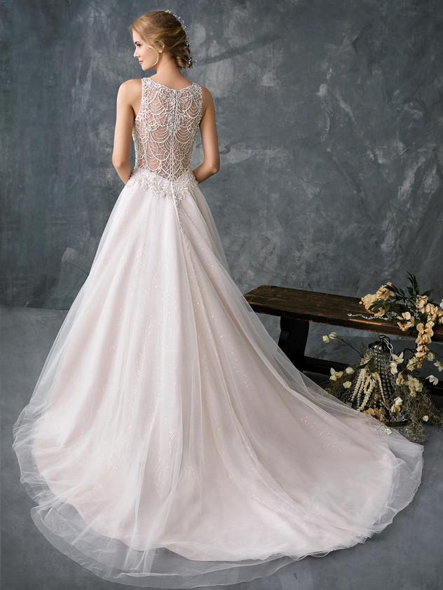 Kenneth Winston 1776 esküvői ruha, csillogást ad a menyasszony megjelenésének.