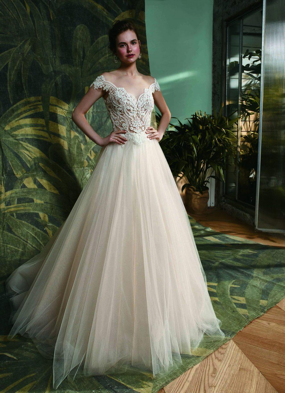 Púder színű esküvői ruha, tüll szoknyával. A romantikus megjelenést kedvelő menyasszonyok számára tökéletes választás.