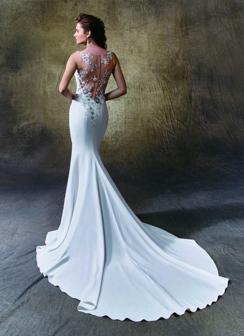 Az igazán egyedi megoldást kereső menyasszony figyel a ruha hátára.