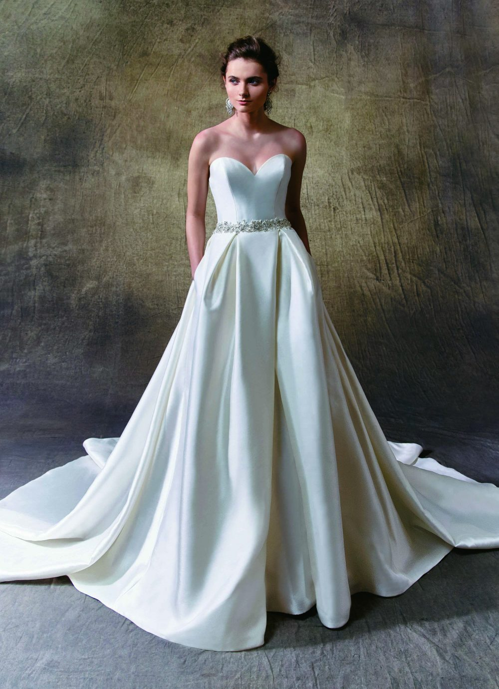 Enzoani Lindsey pántnélküli menyasszonyi ruha.