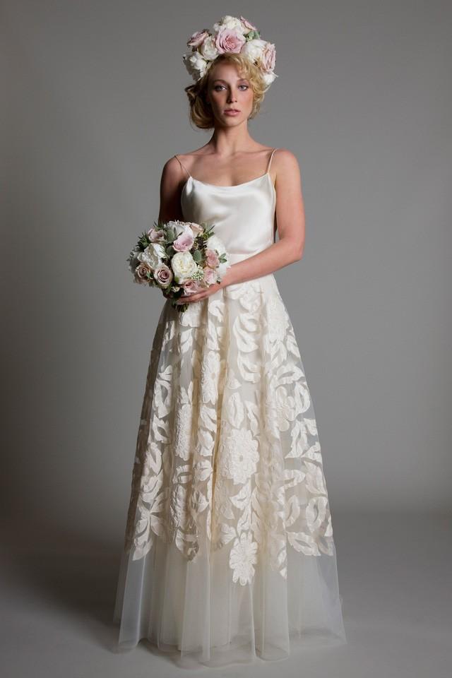 Régi, varratott esküvői ruha.
