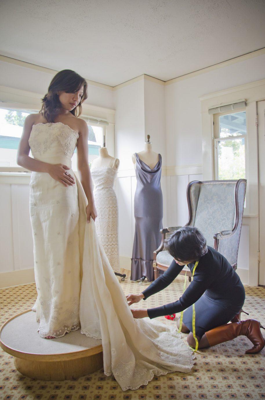 Esküvői ruhapróba során történő igazítás.