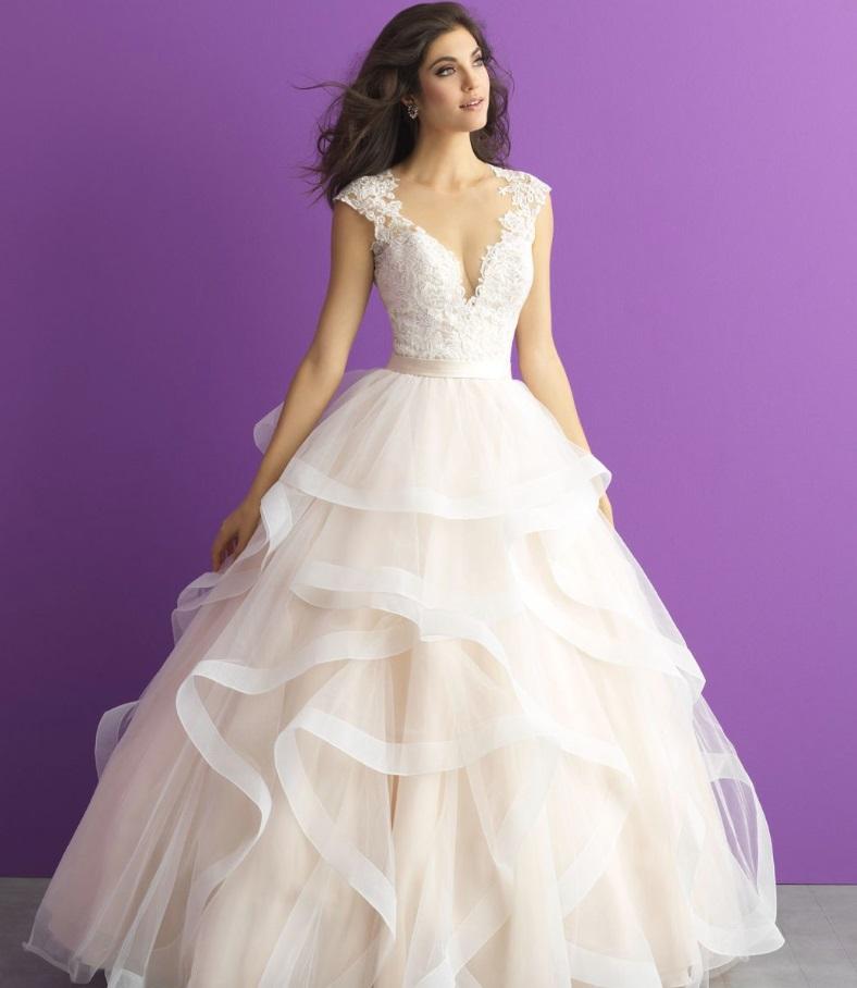 Templomi esküvőhöz nagyszoknyás, hagyományos esküvői ruha illik.