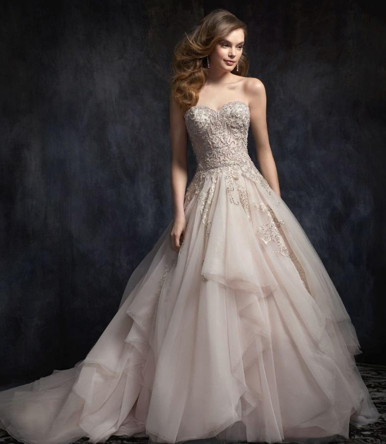 Templomi esküvőhöz nagyszoknyás, hercegnős fazonú esküvői ruha illik.