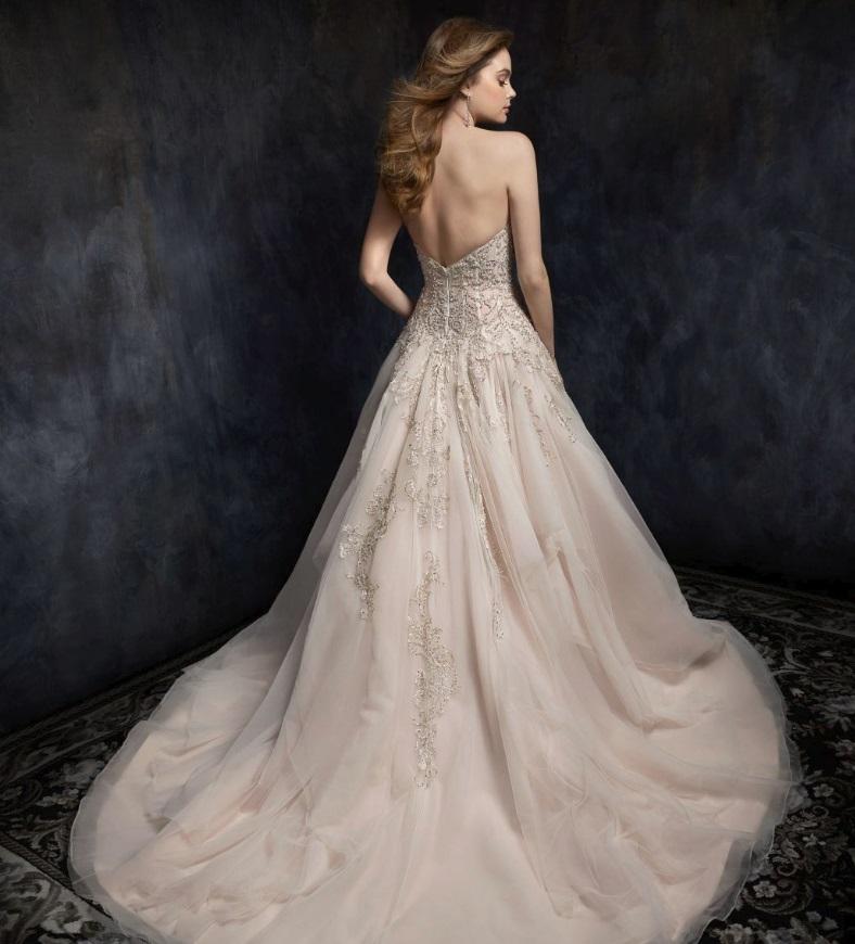 Templomi esküvőnél a nagyszoknyás esküvői ruhák kerülnek előtérbe.