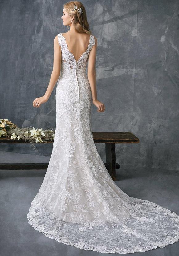 Kertben, szabadban rendezett esküvőre tökéletes a nyári esküvői szezonban ez az esküvői ruha.