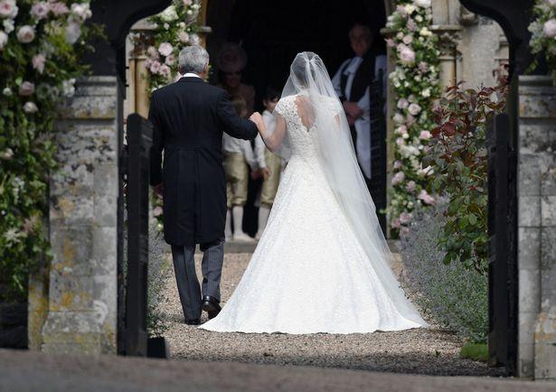 Hagyományos, templomi esküvő, fátyollal és A-vonalú esküvő ruhával.
