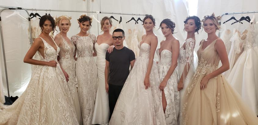 KC Lin a tervező és a modellek a 2019-es esküvői ruhák bemutatásakor.