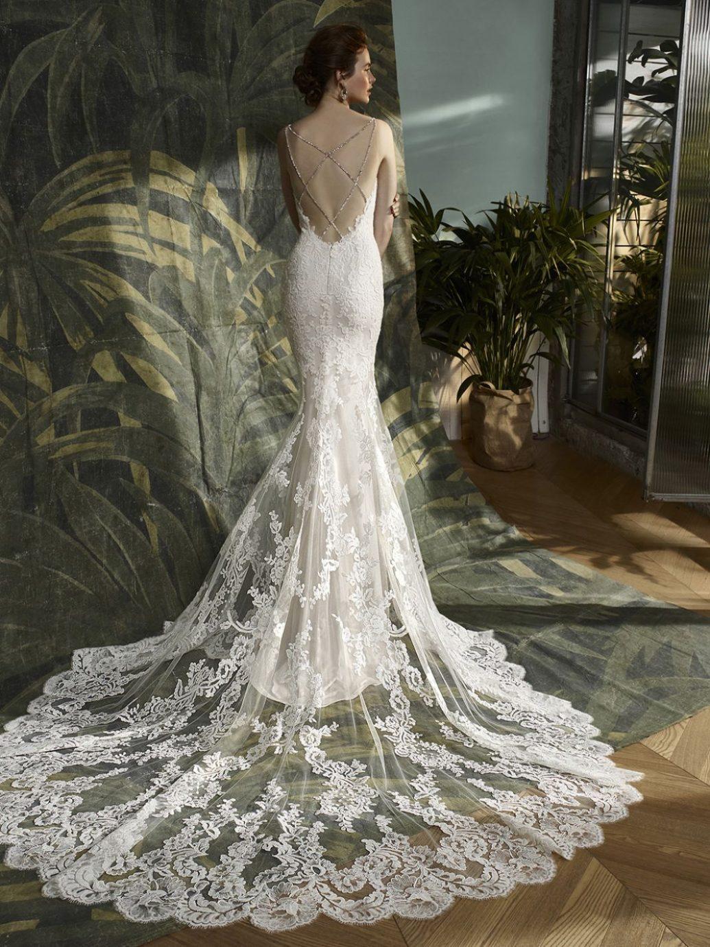 Blue by Enzoani Kymmy esküvői ruha, mely hátulról egy csipke csoda.