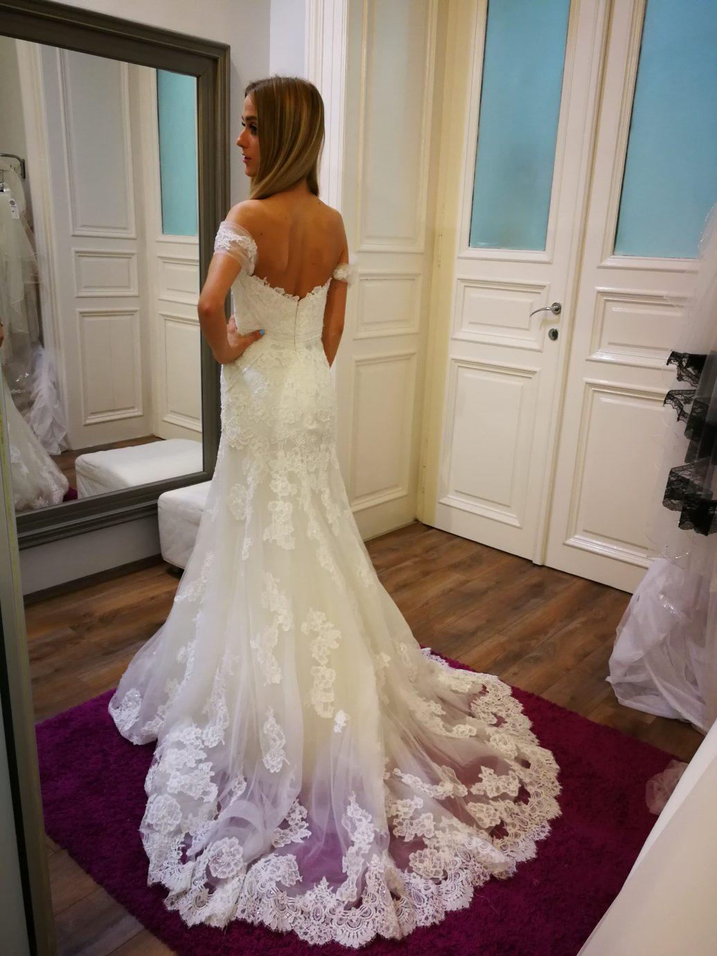 Csipkés, Enzoani esküvői ruha, kis A-vonalú fazonú menyasszonyi ruha, hátulról is csodálatos.