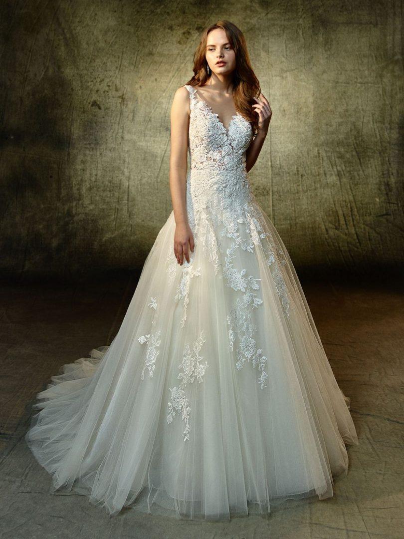 Enzoani Lourdes menyasszonyi ruha, melyet csillogás, tündöklés jellemez.