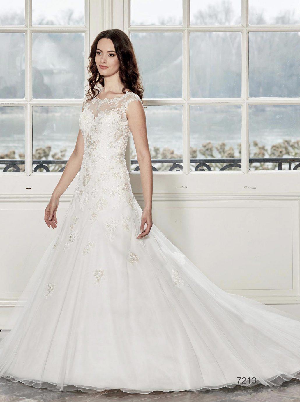 A Diane Legrand 7213 nagyméretű esküvői ruha ideális választás molett menyasszonyoknak.