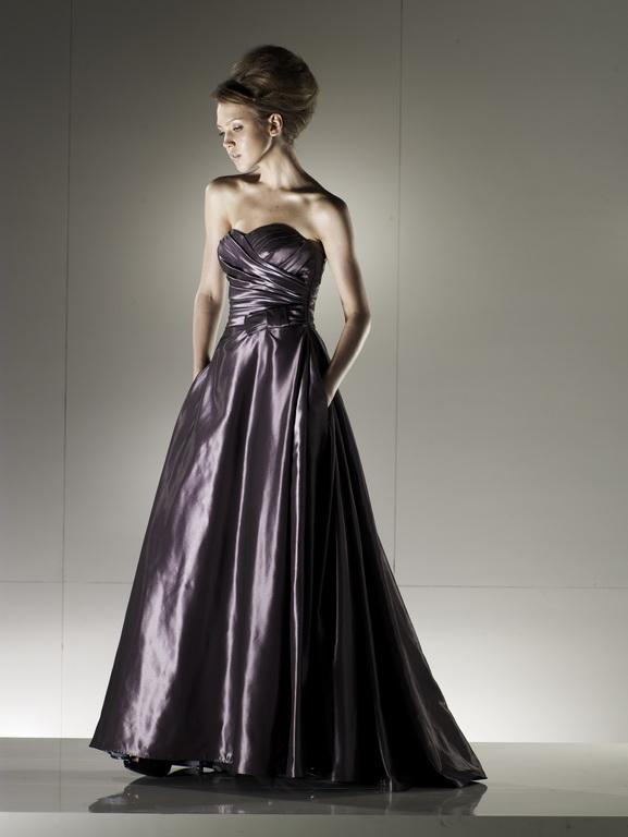 Hosszú, nagyestélyi ruha, mely egyedülálló, különleges és elegáns. Számos alkalmi ruhával várjuk Önt az Igen Szalonban!