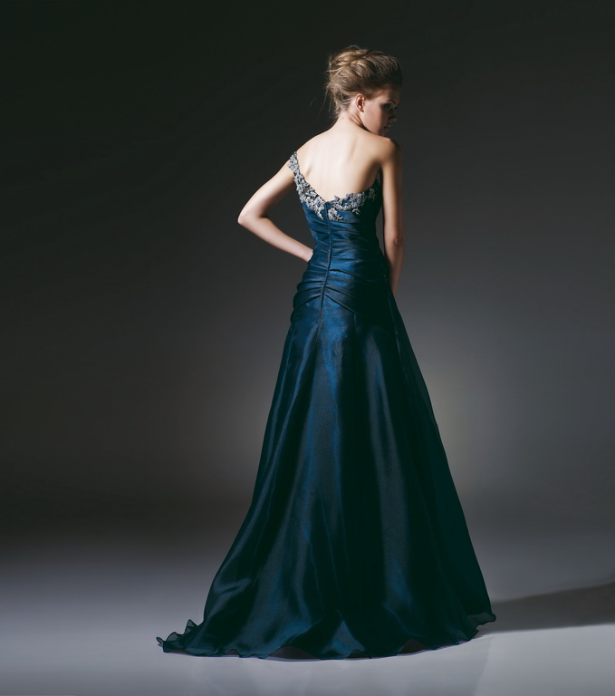 A hosszú estélyi, báli ruhák kifejezetten az elegáns eseményekre szólnak. Nálunk megtalálja azt a ruhát, amit keres!