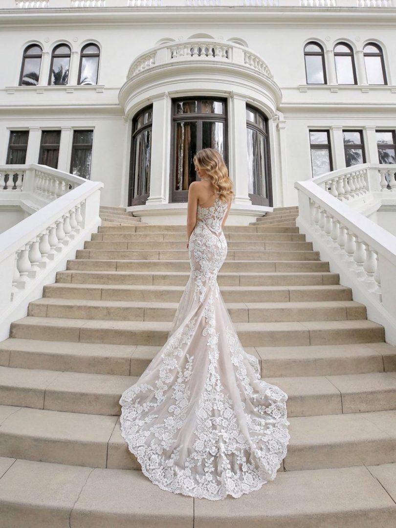 A különleges hátú menyasszonyi ruhák, mint a Blue by Enzoani Matilda esküvői ruhája hódít a menyasszonyok körében.