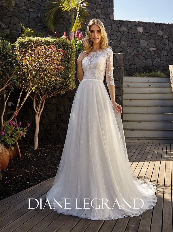 Légies és könnyed, egyenes vonalú esküvői ruha a Diane Legrandtól.