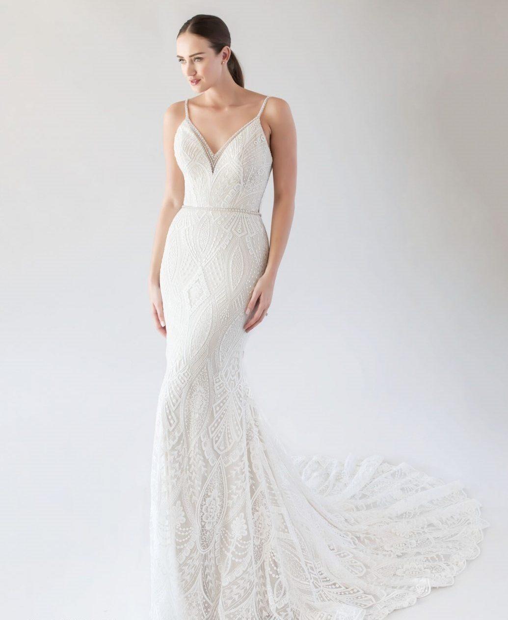 Kisebb esküvőre egy kis A-vonalú vagy sellő fazonú esküvői ruha ajánlott.